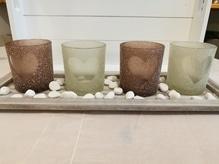 Teelicht-Set mit 4 Gläsern und Teelichtern auf einem Holztablett komplett mit Steinen