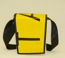 Umhängetasche aus Veranstaltungsbanner mit Klettverschluss B 18 x H 23 x T 9 cm
