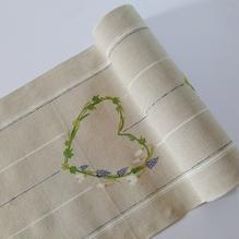 Leinenband mit Efeudruck in Herzform