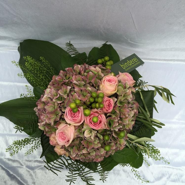 Blumen & Besonderes:Strauß mit Rosen und Hortensie