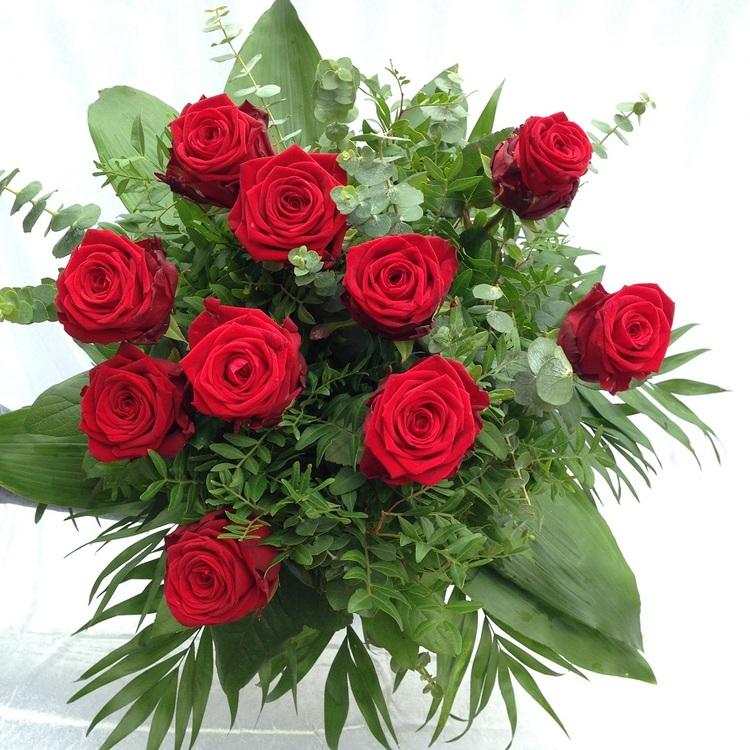 Blumen & Besonderes:Strauß mit langstieligen roten Rosen