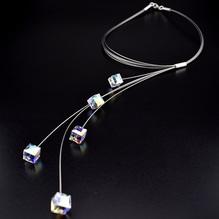 Collier mit Kristallen