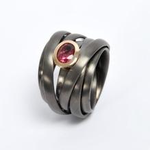 Silber Ring 'Twister' geschwärzt mit rosa Turmalin