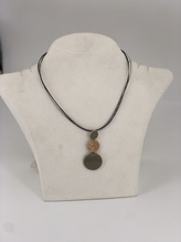 Halskette mit 3 kreisförmigen Steinen