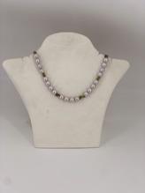 Halskette mit grauer Süßwasserperle und Preidotsplittern