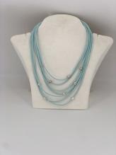 Halskette aus Kautschuk mit Perlen