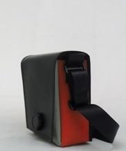 Umhängetasche aus betanzten Tanzboden mit Magnet-Dreh-Verschluss B 18 x H 23 x T 9 cm