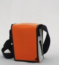 Umhängetasche aus recycelten Veranstaltungsbanner mit Klettverschluss B 18 x H 23 x T 9 cm