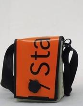 Umhängetasche aus recycelter Veranstaltungsbanner mit Magnet-Dreh-Verschluss B 18 x H 23 x T 9 cm