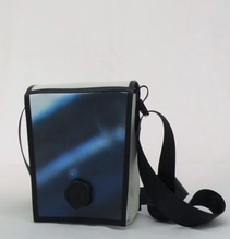 Umhängetasche aus recycelten Veranstaltungsbanner mit Magnet-Dreh-Verschluss  B 18 x H 23 x T 9 cm