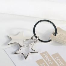 Schlüsselanhänger 'Stars' aus Metall · silber glänzend mit 2 Sternen in schwarzer Geschenk-Box