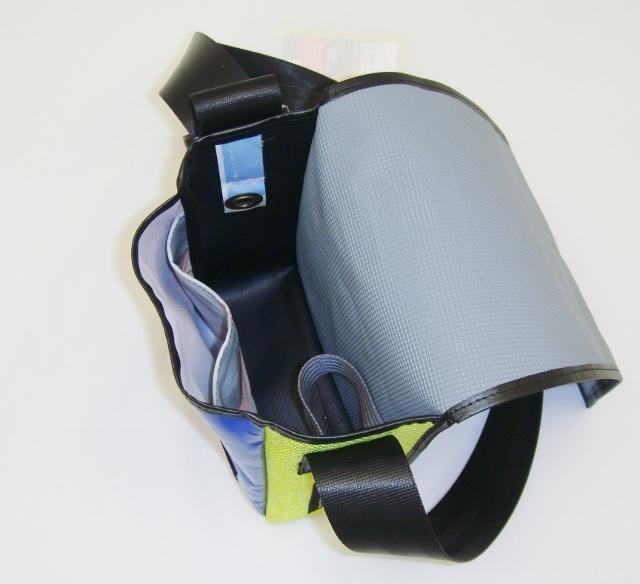 Umhängetasche aus recycelten Materialien mit Klettverschluss B 18 x H 23 x T 9 cm