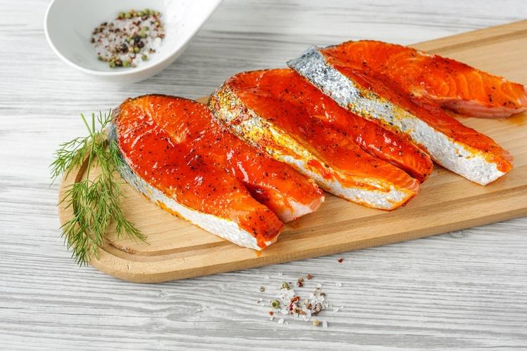 marinierte Grillspezialitäten: Lachssteak in Tomaten-Paprika-Marinade; 2 Stück; ca. 450 g