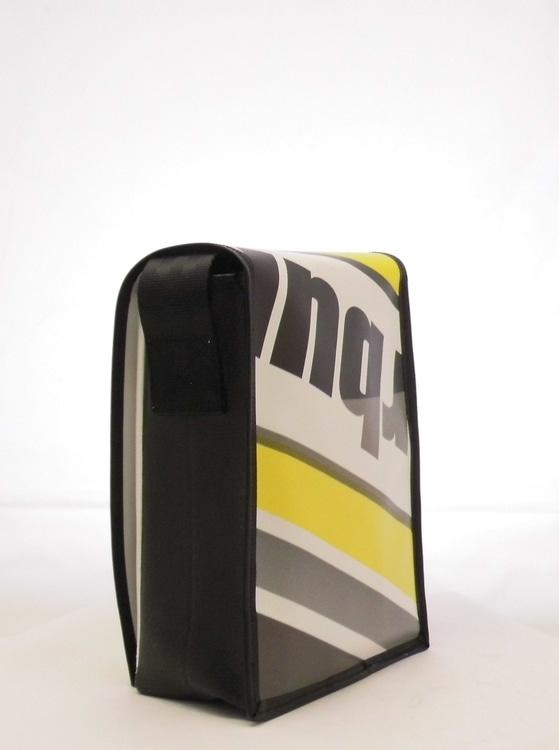 Umhängetasche aus Veranstaltungsbanner mit Magnet Dreh Verschluss B 18 x H 23 x T 9 cm