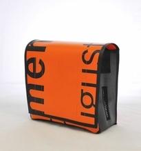 Umhängetasche aus recycelten Materialien mit Klettverschluss
